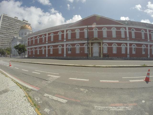 Ainda na Aurora, o vermelho imponente do prédio do Colégio Ginásio Pernambucano chama a atenção. É a escola mais antiga do Brasil ainda em atividade e pode onde passaram nomes famosos, como Clarice Lispector e Ariano Suassuna