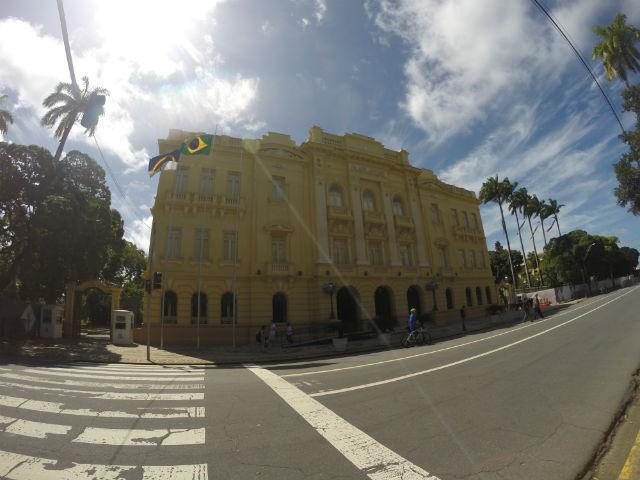 O Palácio do Campo das Princesas, sede administrativa do governo, está no mesmo quarteirão do teatro. O prédio passou por restauração recente e pode ser visitado. A entrada pode ser pré-agendada. Não deixe de ir ao jardim, é lindo e teve o paisagismo pensado para que não se possa observar de longe a sala do governador.