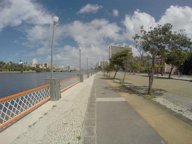 Saindo do principal corredor viário da cidade, a Avenida Agamenon Magalhães, sentido Zona Sul, a primeira atração no caminho do ciclista é a Rua da Aurora. Às margens do Rio Capibaribe, a via introduz o turista na área história da cidade.